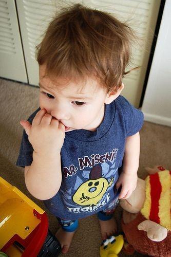 ناخن خوردن کودکی در میان اسباب بازی ها
