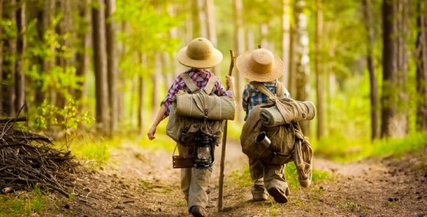 خلاقیت در کوکان با حضور در طبیعت افزایش پیدا می کند. بچه ها کوله پشتی بر دوش و کلاه به سر در حال طبیعت گردی