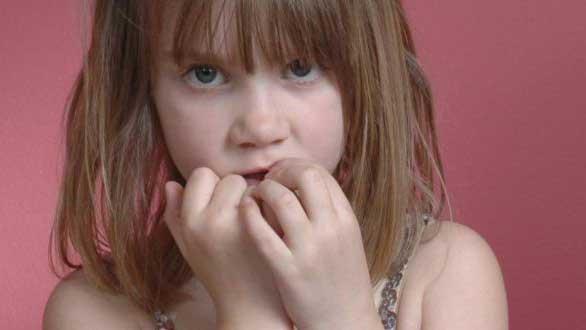دختری که عصبی ناخن می خورد